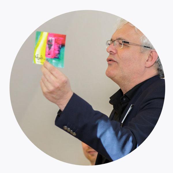 Harald Weber hält eine Atelier AusZeit Postkarte