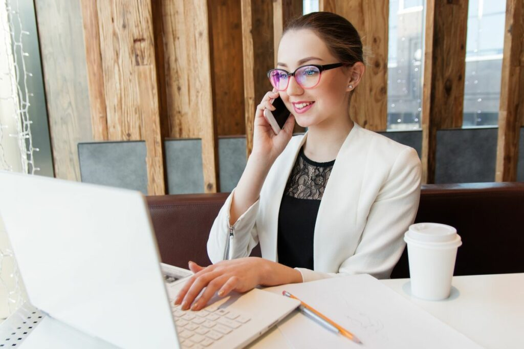Auszubildende beim Telefontraining