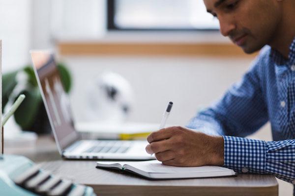 Mann am Laptop beim Virtual Selling